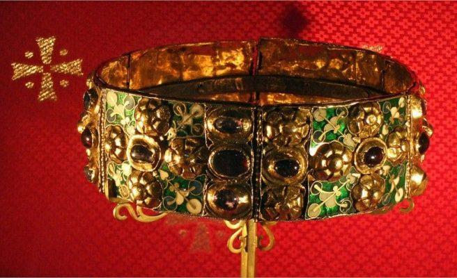 La corona ferrea, Museo e tesoro del Duomo di Monza [Public domain, via Wikimedia Commons]